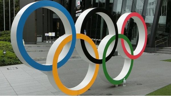 东京奥运会体育馆门前的奥运五环